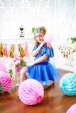 Un portrait d'une belle petite fille dans un studio a décoré beaucoup de ballons de couleur Photos stock