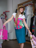 Un portrait d'une femme à la mode avec des paniers dans des ses mains dans un magasin d'habillement Concept d'achats Copiez l'esp Images stock