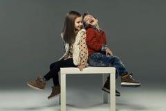 Un portrait d'une fille et d'un garçon de sourire Image libre de droits