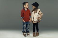 Un portrait d'une fille et d'un garçon de sourire Images stock