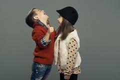 Un portrait d'une fille et d'un garçon de sourire Pouces vers le haut Image libre de droits