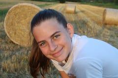 Un portrait d'une fille mignonne avec un champ et des balles derrière Images libres de droits
