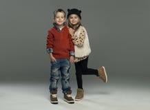 Un portrait d'une fille riante et d'un garçon de sourire Photo stock