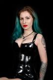 Un portrait d'une jeune belle femme séduisante avec le latex de port de cheveux verts vêtent d'isolement Photographie stock libre de droits
