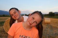 Un portrait de belles soeurs avec un champ derrière Photo stock