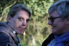 Un portrait de deux dames de collègue dans la nature Images libres de droits