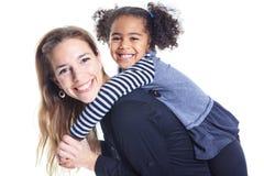Un portrait de famille africaine gaie heureuse sur le Ba blanc image libre de droits