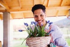 Un portrait de jardinier de jeune homme ? l'int?rieur ? la maison, plantant des fleurs photographie stock libre de droits