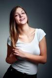 Un portrait de studio d'adolescente de sourire Image libre de droits