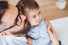 Un portrait de vue supérieure de père avec une fille d'enfant en bas âge à l'intérieur images libres de droits