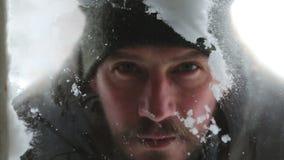 Un portrait en gros plan d'un mâle qui regarde par une fenêtre de la cour banque de vidéos