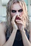 Un portrait gothique de style de mode d'une belle fille blonde Photo libre de droits