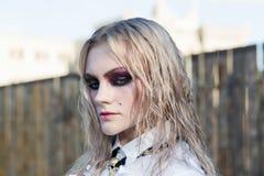 Un portrait gothique de style de mode d'une belle fille blonde photos libres de droits