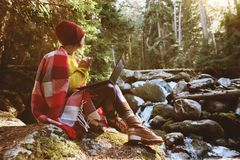 Un portrait modifié la tonalité d'une fille de hippie d'indépendant avec des verres et un chapeau élégant s'est habillé dans une  Photos libres de droits