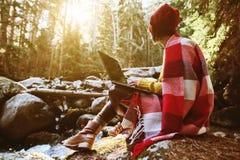 Un portrait modifié la tonalité d'une fille de hippie d'indépendant avec des verres et un chapeau élégant s'est habillé dans une  Images libres de droits