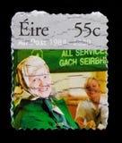 Un post 1984-2009 - donna allo scrittorio della posta, venticinquesimo anniversario di un serie della posta, circa 2009 Fotografie Stock Libere da Diritti
