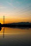 Un poste de la electricidad en puesta del sol Fotografía de archivo