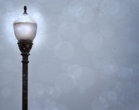 Un poste de la lámpara en una tormenta de la nieve Imagen de archivo