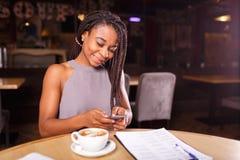 Un posto di lavoro accogliente in un caffè fotografie stock libere da diritti