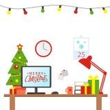 Un posto di lavoro dell'ufficio decorato Natale Tabella con il computer, regali, albero di Natale Area lavoro dell'ufficio f immagine stock libera da diritti