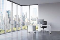 Un posto di lavoro in un ufficio panoramico d'angolo moderno con la vista di New York Fotografie Stock
