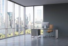 Un posto di lavoro in un ufficio panoramico d'angolo moderno con la vista di New York Immagini Stock