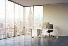 Un posto di lavoro in un ufficio panoramico d'angolo moderno con la vista di New York di tramonto Fotografia Stock
