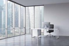 Un posto di lavoro in un ufficio panoramico d'angolo moderno con la vista di Singapore Immagini Stock Libere da Diritti