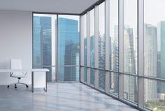 Un posto di lavoro in un ufficio panoramico d'angolo moderno Distretto aziendale a Singapore Immagine Stock