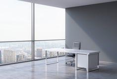 Un posto di lavoro in un ufficio panoramico d'angolo moderno a New York, Manhattan Un concetto dei servizi consultivi finanziari Immagini Stock