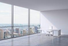 Un posto di lavoro in un ufficio panoramico d'angolo moderno a New York, Manhattan Una sedia di cuoio bianca e una tavola bianca Immagini Stock Libere da Diritti
