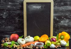 Un posto per scrivere il vostro proprio menu o ricetta - lavagna, gesso e lotti della frutta, delle verdure e delle erbe fotografie stock