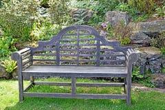 Un posto perfetto da sedersi su questo banco di legno circondato dagli arbusti fotografie stock libere da diritti