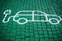 Un posto speciale per il carico le automobili elettriche o dei veicoli Un modo di trasporto moderno ed ecologico che è diventato fotografia stock libera da diritti