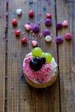 Un postre con la fruta, la crema azotada y el caramelo Fotografía de archivo