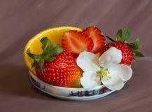 Un postre de fresas y de naranjas Fotografía de archivo