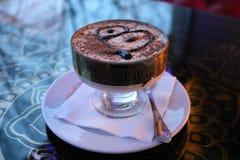 Un postre delicioso, dulce del tiramisu en una loza en una tabla en un café por la tarde foto de archivo