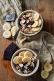 Un postre precioso de la harina de avena con el plátano y el chocolate Foto de archivo