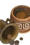 Un pot d'argent, de vieilles pièces de monnaie en cuivre d'argent et d'isolement sur le fond blanc Images libres de droits