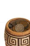 Un pot d'argent, de vieilles pièces de monnaie en cuivre d'argent et d'isolement sur le fond blanc Images stock