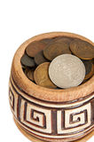 Un pot d'argent, de vieilles pièces de monnaie en cuivre d'argent et d'isolement sur le fond blanc Image stock