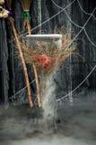 un pot de breuvage magique de ébullition sur un fond foncé Photo stock