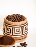 Un pot de grains de café sur un fond blanc Image libre de droits