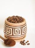 Un pot de grains de café sur un fond blanc Images libres de droits