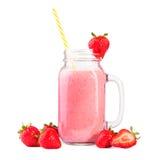 Un pot de maçon énorme avec la poignée et la paille jaune complètement du milkshake rose avec des fraises, sur un fond blanc Image stock