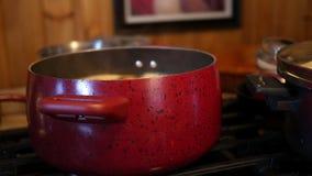 Un pote de ebullición del guisado en una cocina rústica del país almacen de metraje de vídeo