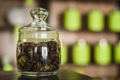 Un pote de té está en el contador Imagenes de archivo