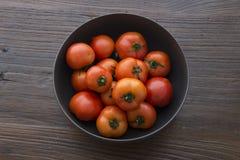 Un pote de tomates frescos Fotos de archivo