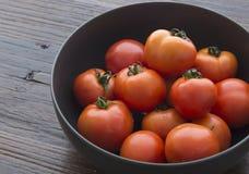 Un pote de tomates frescos Imágenes de archivo libres de regalías