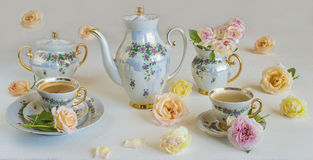 Un pote del café, un cuenco de azúcar, una punta de la leche, tabla adornada hermosa para el café Imagenes de archivo